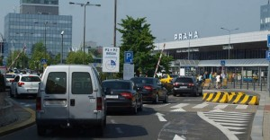 příjezd k terminálu 1 na letišti v Praze